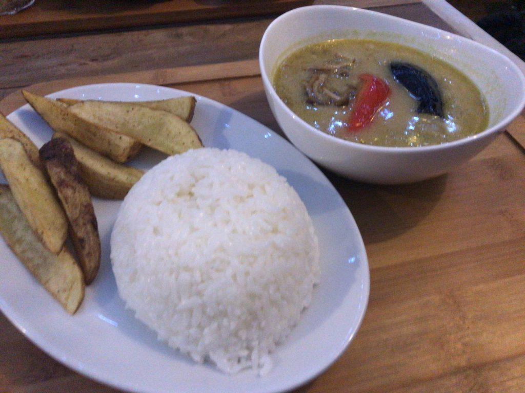南富良野 カフェ IPPO グリーンカレー 食事